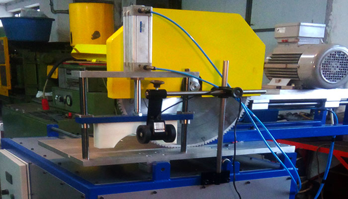 Automatic saw for cutting of plastic profiles and pipes
